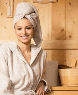 Eine Frau in einer Sauna die neu gekauft ist.